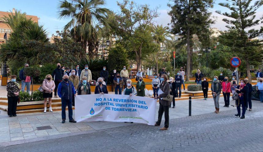 TRES MINUTOS DE SILENCIO CONTRA LA REVERSIÓN DEL HOSPITAL UNIVERSITARIO DE TORREVIEJA POR EL GOBIERNO VALENCIANO